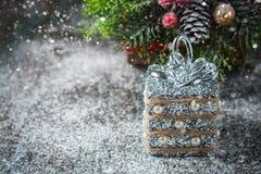 Silberne und weiße Weihnachtsverzierungen auf rustikalem hölzernem Hintergrund Frohe Weihnacht-Karte Raum für Text Stockfoto