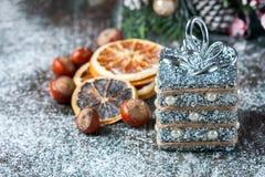 Silberne und weiße Weihnachtsverzierungen auf rustikalem hölzernem Hintergrund Frohe Weihnacht-Karte Raum für Text Stockfotos