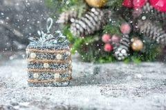Silberne und weiße Weihnachtsverzierungen auf rustikalem hölzernem Hintergrund Frohe Weihnacht-Karte Raum für Text Lizenzfreie Stockfotos