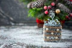 Silberne und weiße Weihnachtsverzierungen auf rustikalem hölzernem Hintergrund Frohe Weihnacht-Karte Raum für Text Stockbild