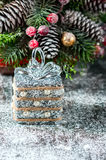 Silberne und weiße Weihnachtsverzierungen auf rustikalem hölzernem Hintergrund Frohe Weihnacht-Karte Raum für Text Stockbilder