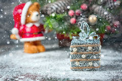 Silberne und weiße Weihnachtsverzierungen auf rustikalem hölzernem Hintergrund Frohe Weihnacht-Karte Raum für Text Lizenzfreies Stockbild