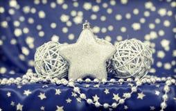 silberne Weihnachtsbälle stockbild