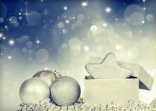 silberne Weihnachtsbälle stockfotos
