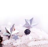 Silberne Weihnachtsdekoration mit Pelzbaumast Stockfotos