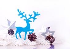 Silberne Weihnachtsdekoration mit Pelzbaumast Stockfoto