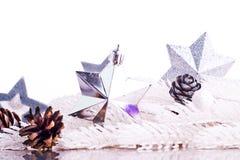 Silberne Weihnachtsdekoration mit Pelzbaumast Stockfotografie