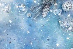 Silberne Weihnachtsdekorationen auf Funkelnhintergrund mit Stern legen herein lizenzfreie stockfotos