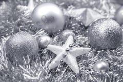 Silberne Weihnachtsdekorationen auf Lametta lizenzfreies stockfoto