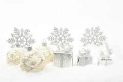 Silberne Weihnachtsgeschenke, Flitterband auf Schnee Lizenzfreie Stockbilder