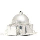 Silberne Weihnachtskugel mit zwei Kästen Lizenzfreie Stockfotografie