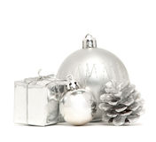 Silberne Weihnachtskugeln mit Kasten und Stoß Stockbild