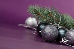 Silberne Weihnachtsverzierungen Stockfoto
