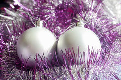Silberne Weihnachtsverzierungen stockbild