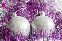 Silberne Weihnachtsverzierungen lizenzfreies stockbild
