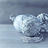 Silberne Weihnachtsverzierungen auf hölzernem Hintergrund Lizenzfreies Stockbild