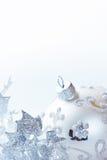 Silberne Weihnachtsverzierungen auf weißem Hintergrund Lizenzfreie Stockfotos