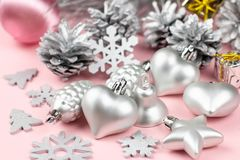 Silberne Weihnachtsverzierungen schließen oben auf einem Pastellhintergrund Stockfoto