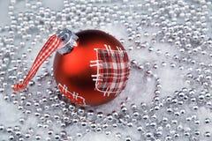 Silberne Weihnachtsverzierungen und roter Flitter stockfoto
