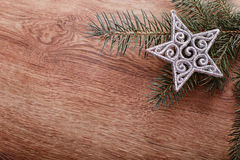 Silberne Weihnachtsverzierungen und Tannenbaumast auf einem rustikalen hölzernen Hintergrund Abbildung innen Glückliches neues Ja Lizenzfreie Stockfotografie