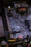 Silberne Werkstatt und Werkzeuge auf Myanmar Stockbild