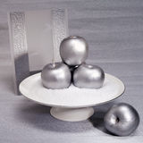 Silberne Zusammensetzung Silberne Äpfel und Einladungskarte Stockbild