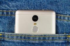 Silberner Aluminiumsmartphone in der Tasche Blue Jeans Stockfotos