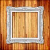 Silberner Bilderrahmen auf hölzerner Wand; Leerer Bilderrahmen flehen an an Lizenzfreie Stockbilder