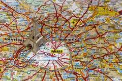 Silberner Eiffelturm auf Paris-Karte Lizenzfreie Stockfotos