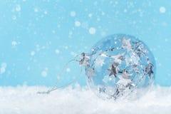 Silberner einfarbiger Weihnachtsflitter auf Blau stockfotos