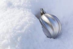 Silberner Funkelnball auf silbernem Hintergrund Lizenzfreie Stockbilder