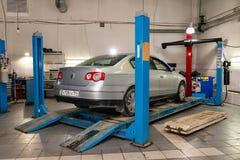 Silberner Gebrauchtwagen steht auf der Standradausrichtungskonvergenz des Autos in der Werkstatt für Reparatur von Fahrzeugen Mec stockfoto