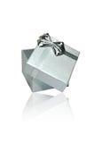 Silberner Geschenk-Kasten auf weißem Hintergrund Stockfoto