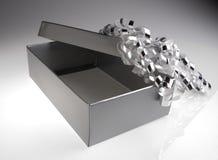 Silberner Geschenkkasten mit Bogen Stockbild