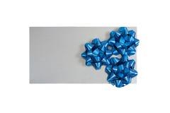 Silberner Geschenkkasten mit einem Verpackungsbogen trennte Stockfotos