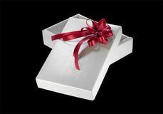 Silberner Geschenkkasten mit rotem Farbband Stockfotografie