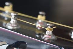 Silberner Gitarrentuner mit einer goldenen Schnur Stockbilder