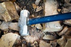 Silberner Hammer gliedert Wand auf Stockfotografie