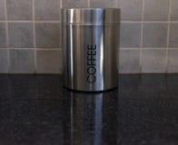 Silberner Kaffee-Behälter auf Küchenarbeitsplatte stockbilder