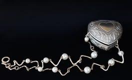 Silberner Kasten mit Perlenhalskette Stockfoto