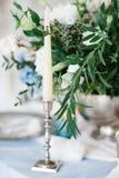 Silberner Kerzenständer als Element von festlichen Tabellenhochzeitsdekorationen Lizenzfreie Stockbilder