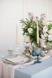 Silberner Kerzenständer und andere Elemente von festlichen Tabellenhochzeitsdekorationen Stockfotos