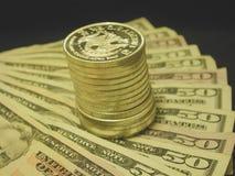 Silberner Kontrollturm und Bargeld Stockfotos