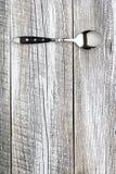 Silberner Löffel auf alter Tabelle Stockfotografie