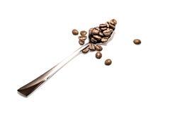 Silberner Löffel mit Kaffeebohnen Stockfotos
