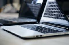 Silberner Laptop auf dem Schreibtisch lizenzfreie stockfotografie
