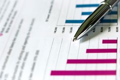 Silberner Pen Showing Charts auf Finanzbericht stockfotos