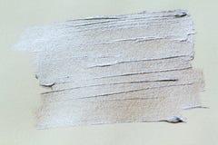 Silberner Pinselanschlag auf Weißbuch Silberner Anschlagzusammenfassungshintergrund Stockfotos