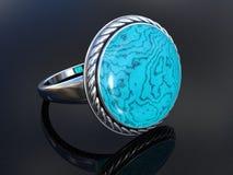 Silberner Ring auf dunklem staubigem Spiegel Stockfoto