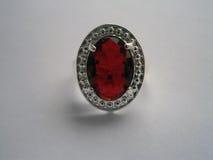 Silberner Ring der Weinlese mit einem großen Rubin Stockbild